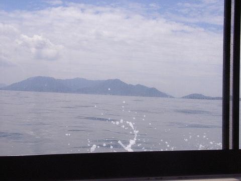 原爆ドーム前の河川遊覧船乗り場から乗船し、宮島へ。