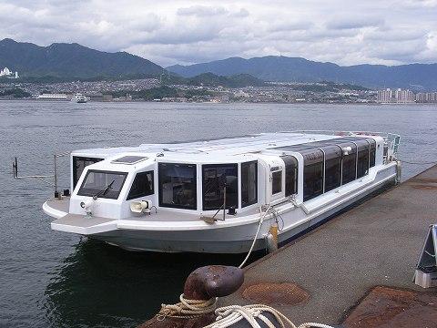宮島に到着。乗ってきた遊覧船。約50分くらいかかった。