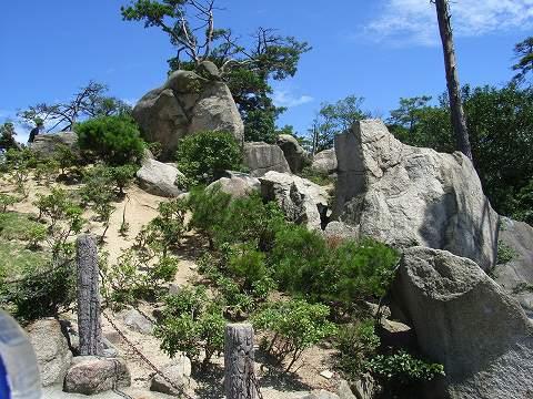 獅子岩(ししいわ)駅の前にある巨石。