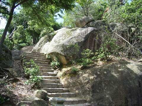 頂上までの間には多くの巨石があり、これもその一つ。その大きさに圧倒される。