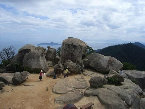 弥山頂上(535m)に着きました。これは弥山展望台から頂上を撮影したもの。