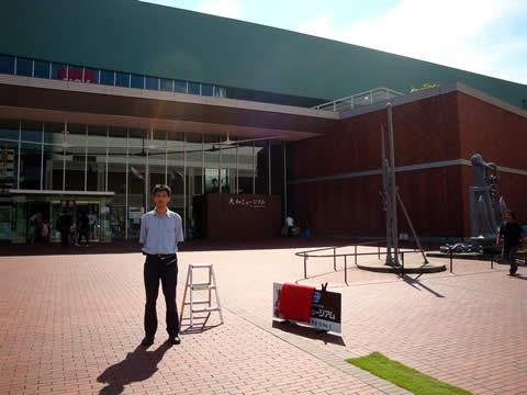 大和ミュージアムの正面入口前にて。それにしても外は暑かった!