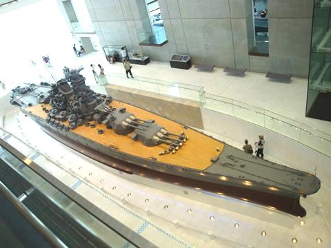 大和ミュージアムのシンボル、戦艦「大和」。 全長26.3mで実物の10分の1として再現。