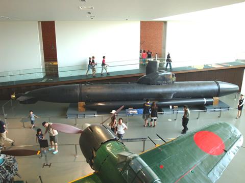 後方に見えるのは、小型潜水艦「海龍」。手前は零式艦上戦闘機六二型。いずれも兵器という意味では決して喜ばしいものではないが、当時これらの開発で培われた多くの最先端技術が、戦後の復興を遂げる原動力となったことは間違いのない事実である。
